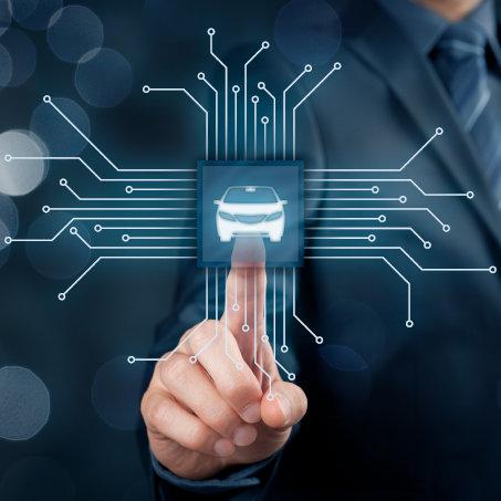 Holographische Projektion einer Vernetzung von Leiterbahnen, die auf ein Icon eines Autos zulaufen, was für die sinnbildliche Darstellung von Industrie 4.0 in der Automobilindustrie steht. Durch Megatrends wie der Digitalisierung mit IoT-Anwendungen und neuen Mobilitätskonzepten, steht die Automobilindustrie vor einem Umbruch. Mit unseren Services unterstützen wir unsere Kunden bei der Planung, Entwicklung und Markteinführung von innovativen Produkten in der Mikroelektronik.