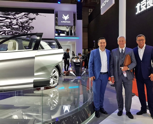 "Gruppenfoto auf der Messe ""Auto Shanghai"", eine der wichtigsten Automobilausstellungen in der Volksrepublik China. Mohammad Kabany (CEO B-Horizon), Franco Bellillo (Deputy General Manager BJEV) und Gerhard Heinemann (Vice President Driving Dynamics Asia BMW) in einer der Messehallen des Shanghai New International Expo Centre in Shanghai."