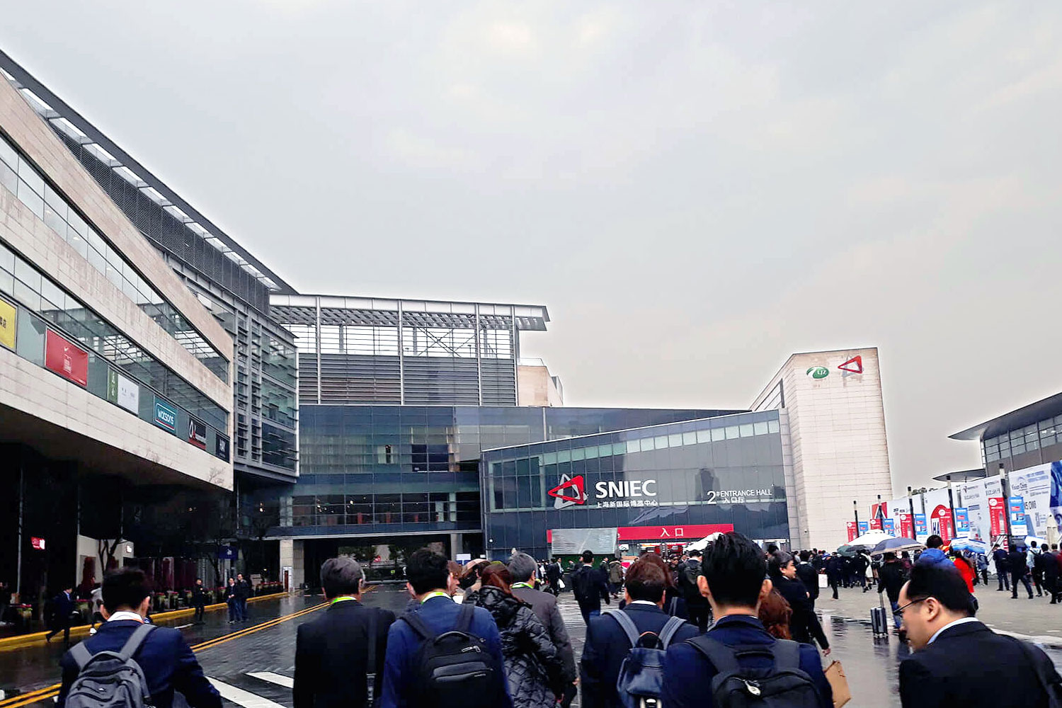 Exterior view of the Shanghai New International Expo Centre (SNIEC) with numerous visitors who flock to the hall entrance. The SNIEC is considered to be one of the most impressive exhibition sites worldwide. Simultaneously with the SEMICON, the electronica, the productronica, as well as the LASER World of PHOTONICS CHINA 2019 took place on this site.