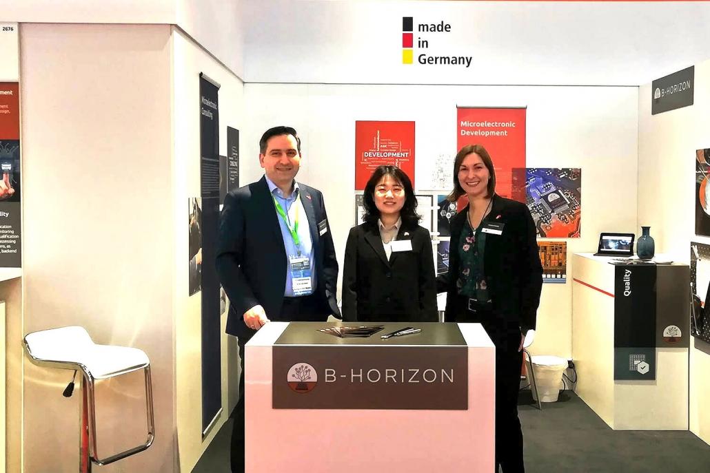 B-Horizon Gründer und Geschäftsführer Mohammad Kabany gemeinsam mit Helena Krämer (Executive Management Assistant) und einer Englisch-Chinesischen Übersetzerin am eigenen Messestand auf der SEMICON China in Shanghai.