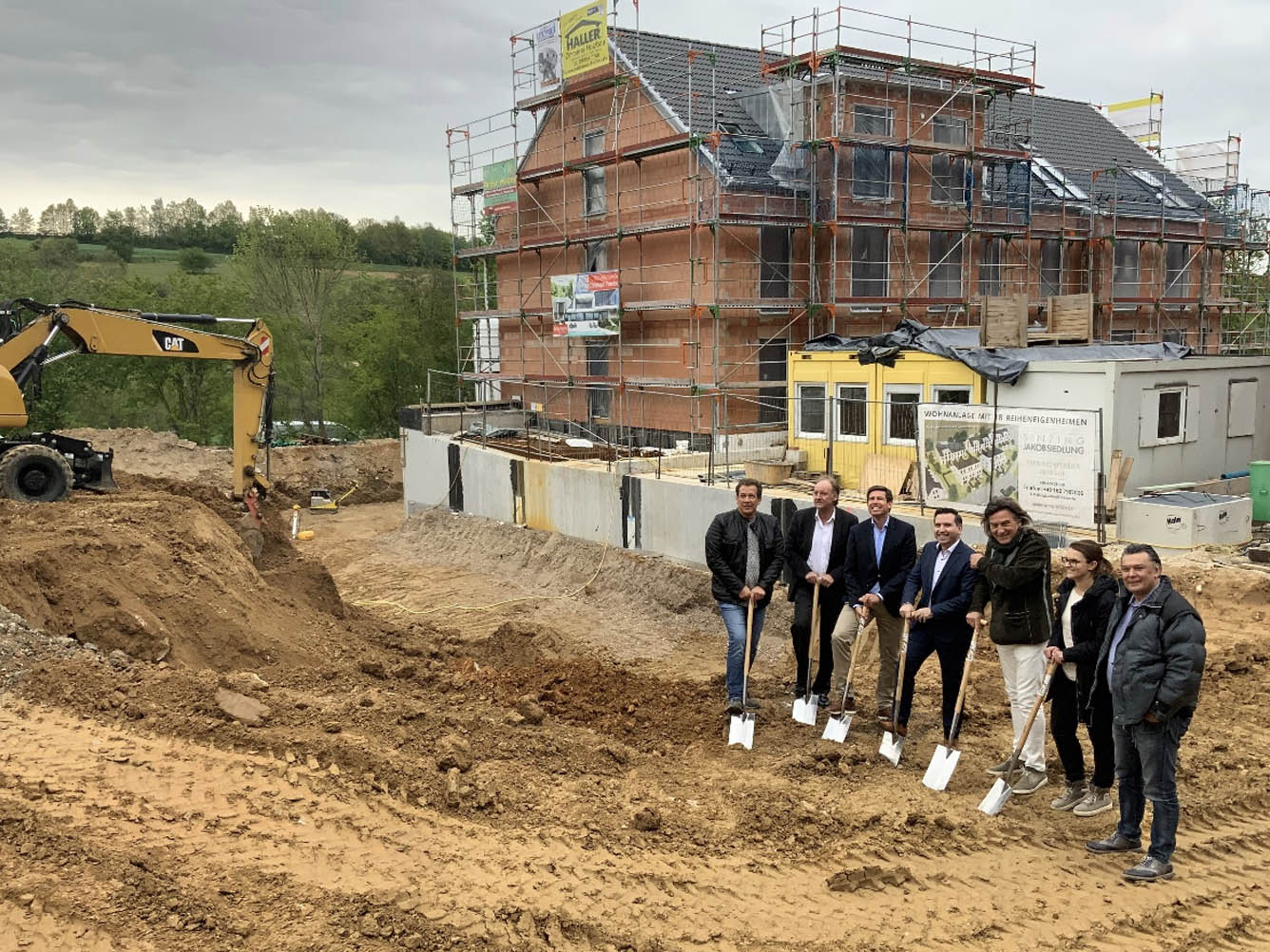 Group photo at the groundbreaking for B-Horizon's new headquarters in Sinzing: From left to right: Armin Zeiler (Builder), Andreas Unsicker (CEO InoTexx GmbH), Patrick Grossmann (1st Mayor of Sinzing), Mohammad Kabany (Founder and CEO B-Horizon GmbH), Karl-Heinz Heitzer (Architectural Office Heitzer), Kathrin Wutzlhofer (Architectural Office Heitzer), Marcel Hartung (Employee of InoTexx GmbH)