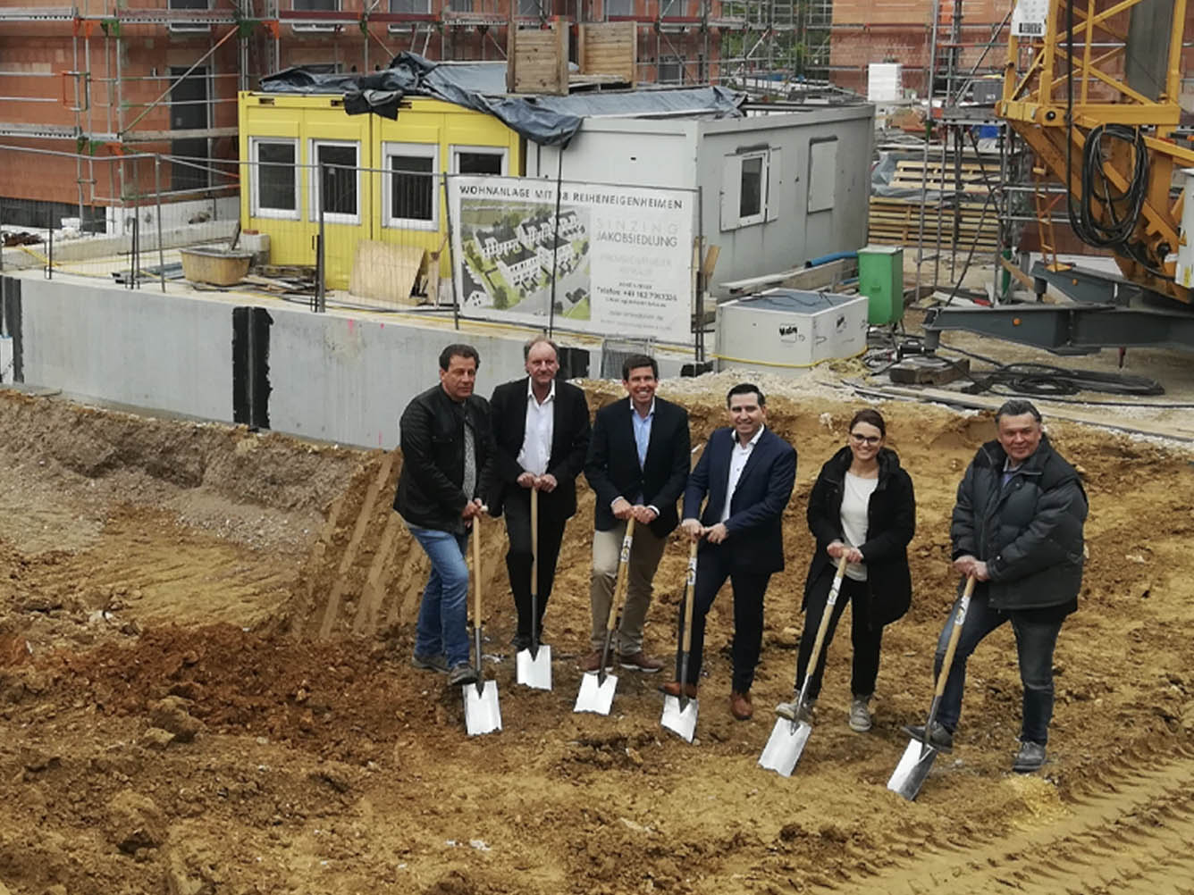 Group photo at the groundbreaking for B-Horizon's new headquarters in Sinzing: From left to right: Armin Zeiler (Builder), Andreas Unsicker (CEO InoTexx GmbH), Patrick Grossmann (1st Mayor of Sinzing), Mohammad Kabany (Founder and CEO B-Horizon GmbH), Kathrin Wutzlhofer (Architectural Office Heitzer), Marcel Hartung (Employee of InoTexx GmbH)