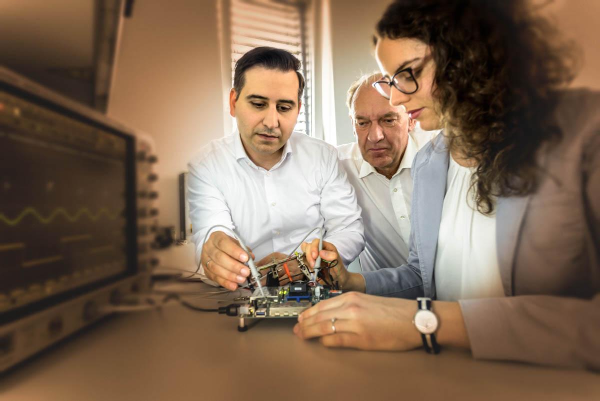 In technischen ESD-Laboren zur Entwicklung und Testung von Prototypen arbeitet unser diverses und agiles Team an hoch komplexen ICs und FPGAs. Die Managementprozesse umfassen den gesamten Entwicklungsprozess von ICs und FPGAs von der Idee bis zur Serienreife. Unsere Mikroelektronik-Entwicklung bedient die gesamte Palette an Automotive-, Industrie-, Consumer- und IoT-Anwendungen.