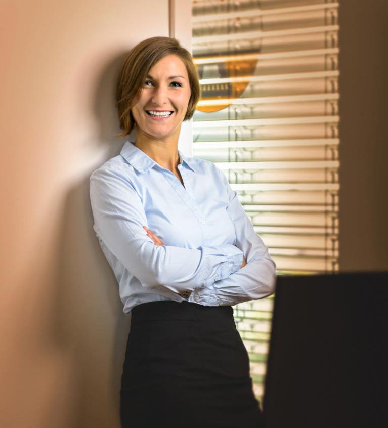 Helena Krämer als Ansprechpartnerin für interessierte Kandidaten. Als Recruiterin freut sie sich über Bewerber, die Lust auf neue berufliche Horizonte haben und ist für das Bewerbermanagement verantwortlich. Das Angebot an Voll- und Teilzeitbeschäftigungen mit flexibler Arbeitszeit steht für eine ausgewogene Work-Life-Balance. Starten Sie Ihre Karriere jetzt bei B-Horizon!