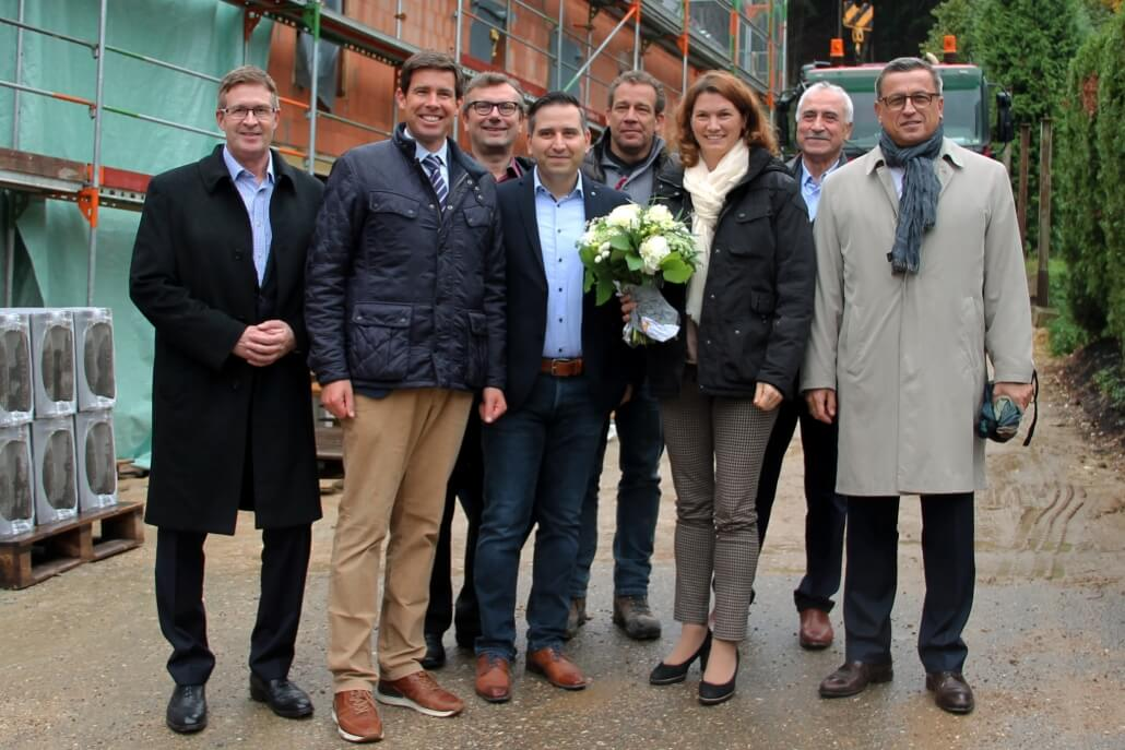Group photo in front of the bare brickwork of B-Horizon's new headquarters at the topping-out ceremony in Sinzing Front row: Johannes Seibert (Managing Partner at CDM Global Solutions), Patrick Grossmann (1st Mayor of Sinzing), Mohammad Kabany (Founder and CEO B-Horizon GmbH), Tanja Schweiger (District Administrator of the District Regensburg), Gerhard Heinemann (Vice President Purchasing and SQA at CATL Europa) Back row: Dr. Martin Kammerer (Managing Director of IHK-Gremium Regensburg), Armin Zeiler (Builder), M. Taleb Kabbani (Consultant of B-Horizon GmbH)
